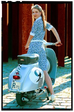 vespa robogó - retro girl 2