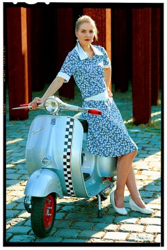 vespa robogó - retro girl 1